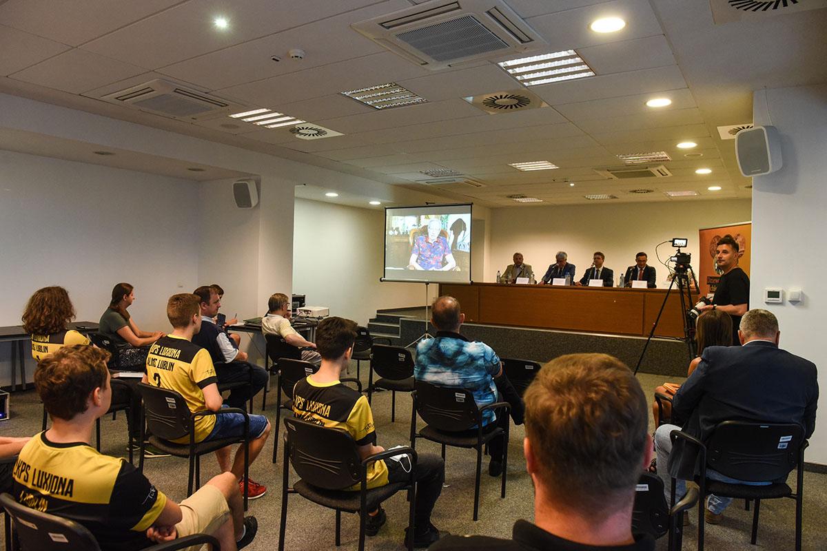 """""""To były czasy dla twardzieli"""". Mistrz olimpijski Tomasz Wójtowicz wspomina swoje sukcesy i życzy wytrwałości młodym siatkarzom"""
